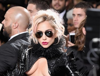 Lady Gaga llega así de desnuda a los Grammys 2017