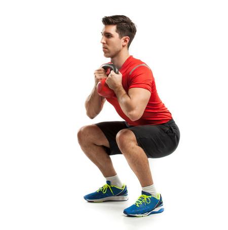 Sentadilla goblet para trabajar glúteos y piernas: cómo hacerla de forma correcta y cuáles son sus beneficios