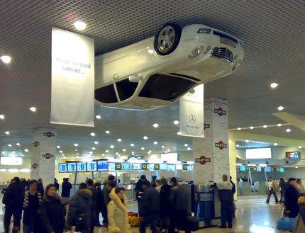 Mercedes-Benz atornillado al techo