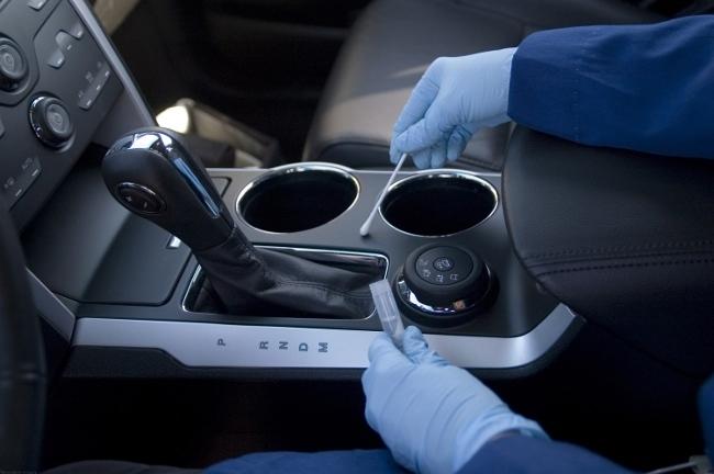 Recogida de muestras de microbios en el coche