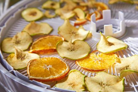 Deshidratar fruta y verdura en casa con un deshidratador de alimentos: consejos para conservar comida todo el año
