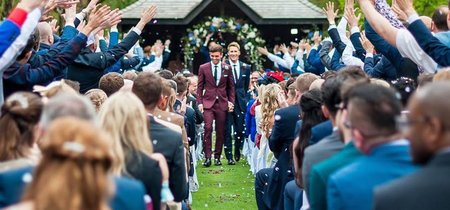 Tom Daley se casa vestido de Burberry con su marido Dustin Lance Black en una boda de cuento de hadas