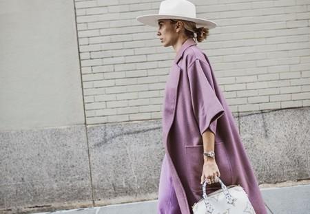 11 looks de street style que demuestran el potencial de un vestido lila en nuestro armario