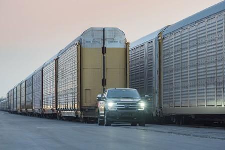 Así es como un prototipo de la próxima pickup eléctrica de Ford muestra su potencia al remolcar un tren de más de 500 toneladas