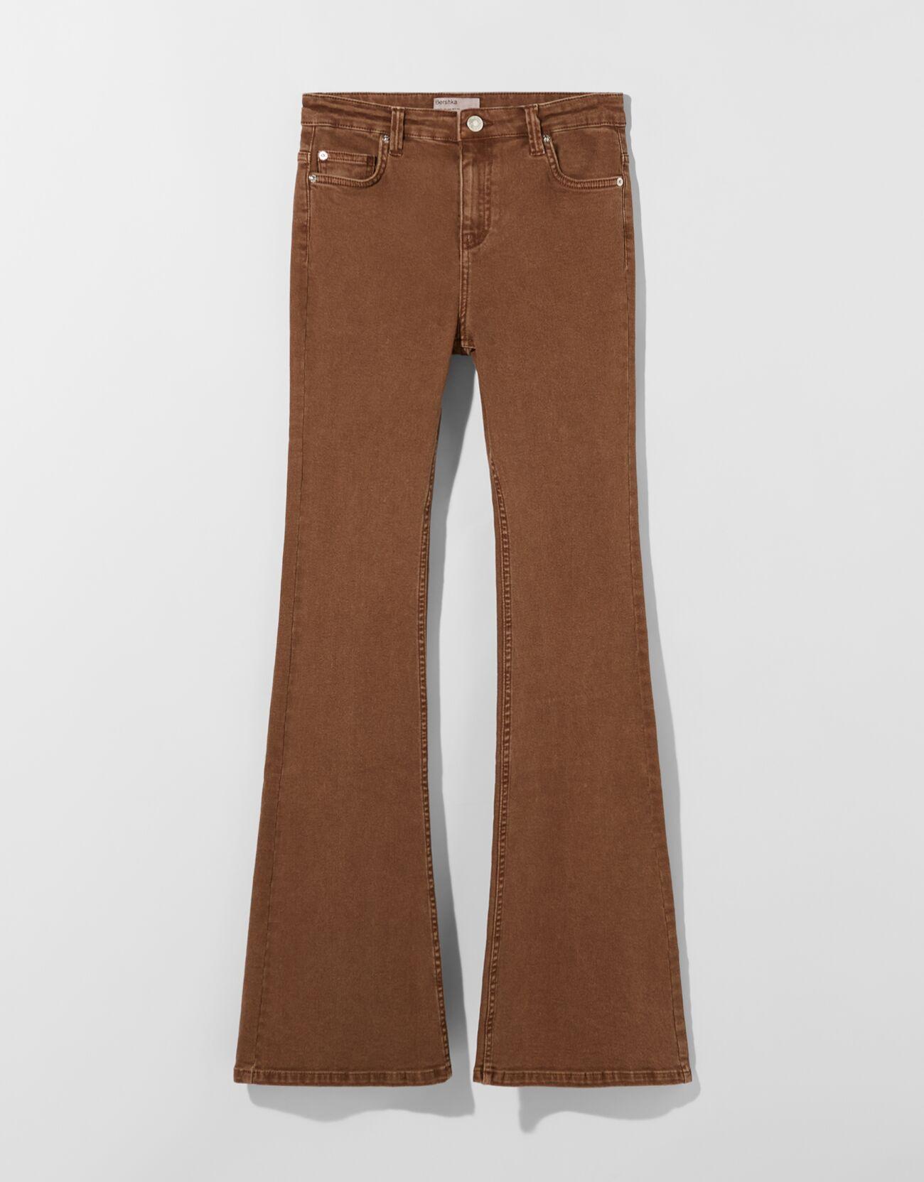 De color marrón.