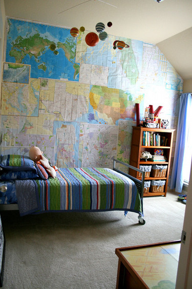 Una buena idea: un collage de mapas en la pared