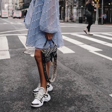 Louis Vuitton desbanca a Balenciaga e inunda el street style con sus deportivas: estos 19 looks lo demuestran