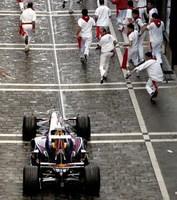 Encierro de San Fermín con un Red Bull y un Toro Rosso de Fórmula 1 en el papel de toros