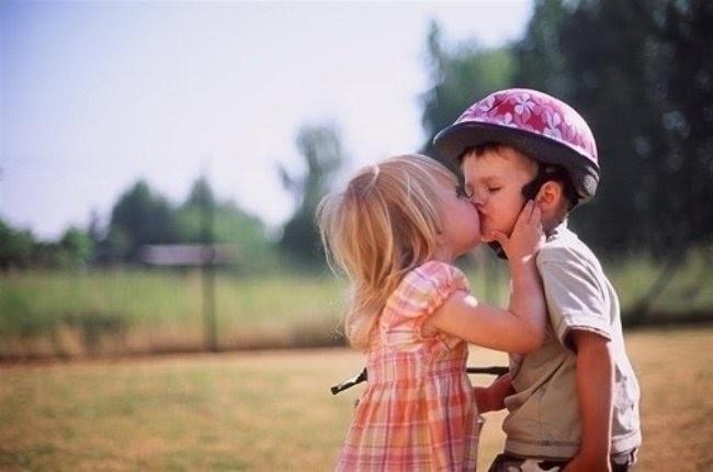 niños dandose un beso