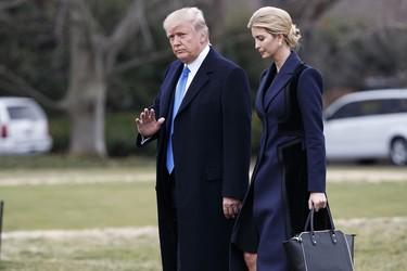 Trump vuelve a liarla y aprovecha la cuenta de POTUS para atacar a los que no vendan la ropa de su hija