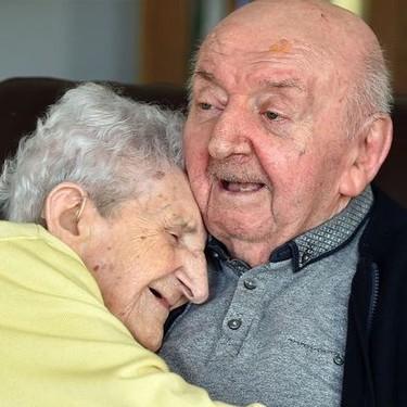 Nunca se deja de ser madre: una mujer de 98 años se muda con su hijo de 80 para cuidarle