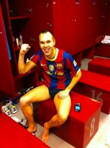 Andrés Iniesta gana 5-0 al Madrid y se desnuda en los vestuarios ¿Para cuándo más victorias?