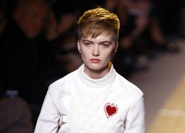 Blancos, negros y feminismo: así ha sido el debut de Maria Grazia Chiuri en Dior
