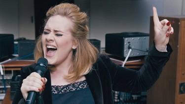 Adele dice que la presión sobre las mujeres para que amamanten es 'jodidamente ridícula'