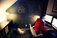 Un estudio en un armario bajo la escalera