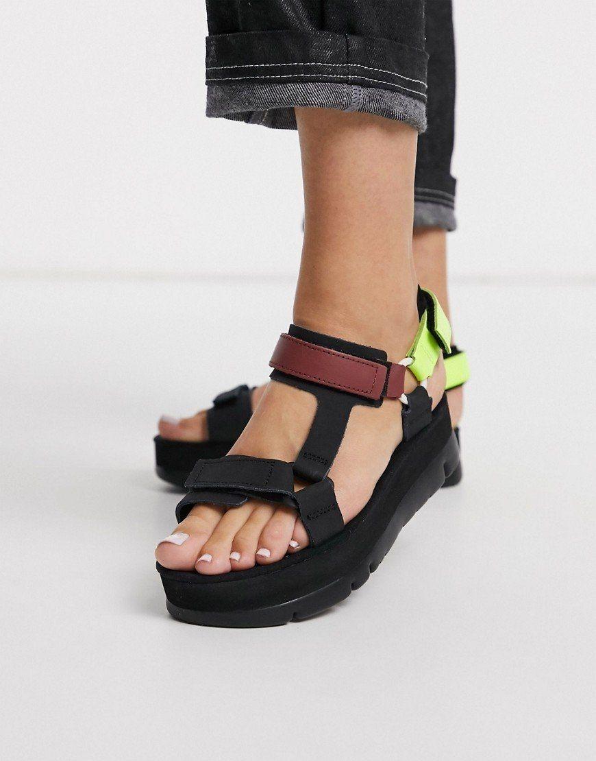 Sandalias negras con plataforma plana.