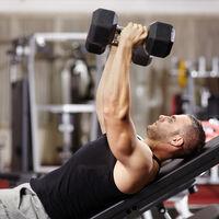 Cinco ejercicios con mancuernas para entrenar tus pectorales en casa