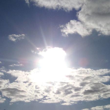 rayos del sol y nubes