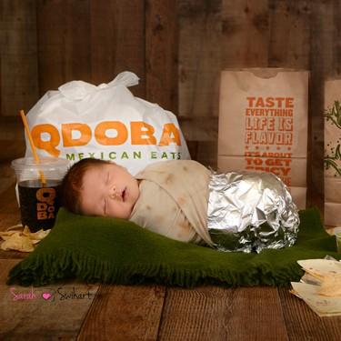La tierna y divertida fotografía de recién nacido de un bebé, ¡disfrazado de un burrito!