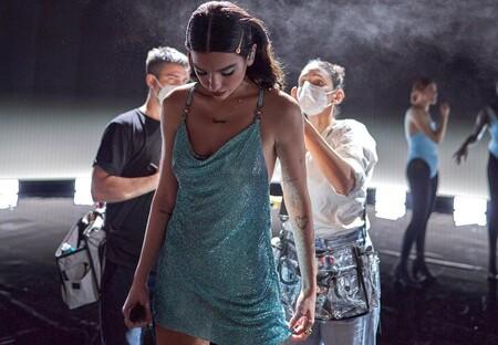 Sombras azules y horquillas joya: el look beauty de Dua Lipa en los American Music Awards 2020 que queremos copiar en Navidad