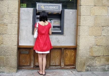 La retirada de dinero en cajeros automáticos cae a niveles de 2006