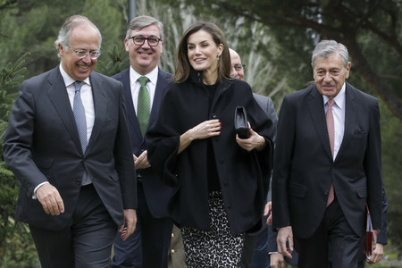 La Reina Doña Letizia recurre de nuevo al animal print de Roberto Verino, así lo ha combinado en un día casi invernal