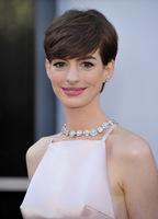 El look de Anne Hathaway en la alfombra roja de los Oscar 2013:  peinado desenfadado, labios rosados y vestido para olvidar