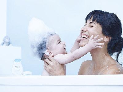 ¡Felices primeros días juntos! Aprende paso a paso cómo bañar a tu bebé