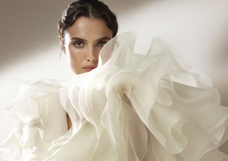 Pronovias sorprende con una nueva colección de vestidos de novia de Alta Costura cargada de tendencias y hasta de color