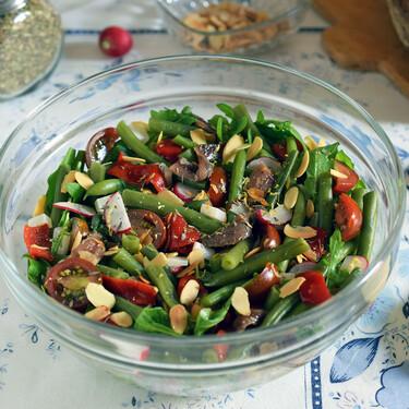 Ensalada de judías verdes, rúcula, anchoas, queso y almendras crujientes: una rica receta saludable perfecta para el táper