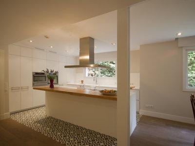 Una buena idea: separar ambientes en la cocina con baldosa hidráulica