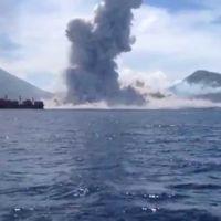 Un turista graba el instante justo de la erupción de un volcán en Papúa Nueva Guinea