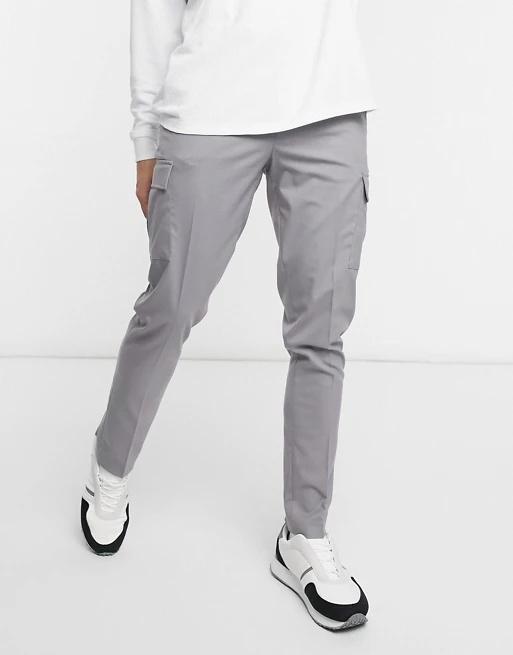 Pantalón gris con bolsillos