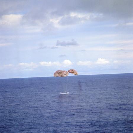Amerizaje del Apolo 13 en el Pacífico Sur el 17 de abril de 1970.