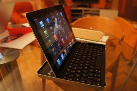 Vista del teclado y el iPad en posición apaisado