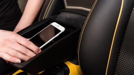 """Un reposabrazos """"jaula de Faraday"""" para evitar distracciones con el móvil, la última idea de Nissan"""