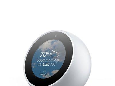 Echo Spot es la nueva propuesta de Amazon para que Alexa nos ayude a despertar cada mañana