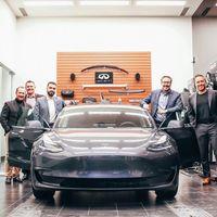 Es el alcalde el que quiere un coche eléctrico y es el concesionario Infiniti quien accede a sus deseos vendiéndole... ¡un Tesla!