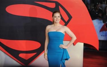 Confirmado: el azul también es color para pelirrojas. Amy Adams acierta en el estreno de Batman V Superman