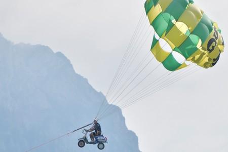 La Vespa que hizo caída libre y viajó en globo no ha acabado tan bien haciendo 'parasailing'