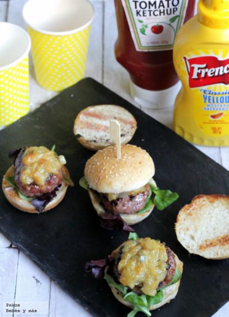 Mini hamburguesas especiales con salsa de cebolla confitada y gorgonzola. Receta para niños