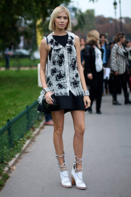 Elena Perminova con botas de Chanel