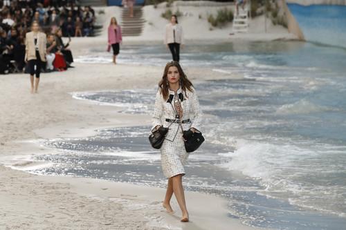 Chanel Primavera/Verano 2019: volvemos a los días de playa y a la logomanía de los 90's