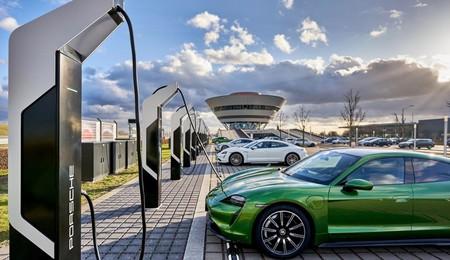 La nueva electrolinera de Porsche presume de ser la más potente de Europa: 12 enchufes de 350 kW y un total de 7 MW