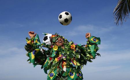 Un aficionado hace malabarismos con un balón en Río de Janeiro