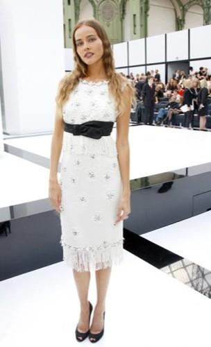 Isabel Lucas en el front-row de Chanel