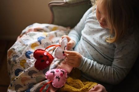 Siete manualidades sencillas y bonitas para hacer con niños en casa