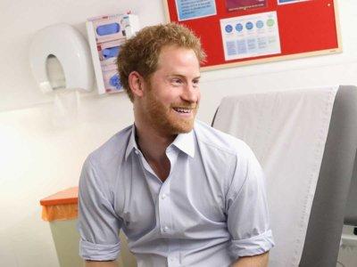 El príncipe Harry da ejemplo y se hace públicamente la prueba del VIH (y encima nos gusta su look)