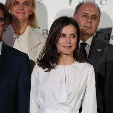 Falda de cuero negra y una estilosa blusa blanca: el perfecto look de estreno de la reina Letizia