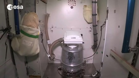 Una fuga en uno de los inodoros de la Estación Espacial Internacional provoca la pérdida de 9,5 litros de agua en gravedad cero